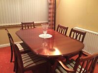 Beautiful mahogany extending dining table and 6 chairs