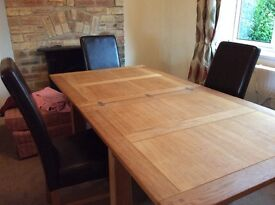 Beautiul solid oak extendable table & 4 leather chairs