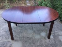 Extendable table in stained pine