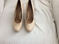 Clarks nude softees in size 6