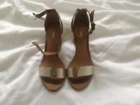 PAIR LADIES GOLD ANKLE STRAP SHOES, SIZE 5