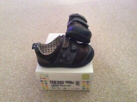 Excellent condition Clarks Boys Infant Navy Shoes size 5.5G