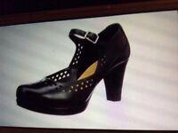Size 7 D women's Clarks shoe (worn once)