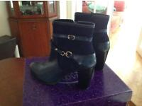 NAVY LEATHER BOOTS SIZE 5