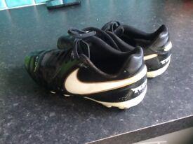 BOYS NIKE TIEMPO footy boots uk 4