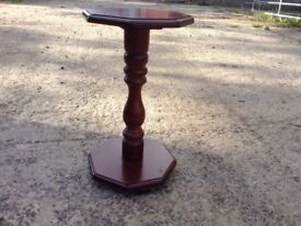 Beautiful little side table in excellent condition. Mahogany wood
