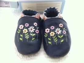 Robeez girls' soft leather pram shoes with flower embroidery - size 18/24 months