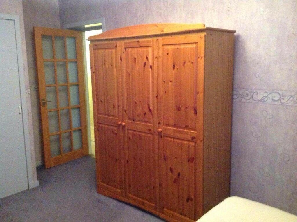 large bedroom in 2 bedroom flat , free parking , near ARI and university
