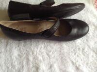 Ladies black leather flat active air shoes