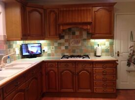 """""""REDUCED"""" FOR QUICK SALE FARMHOUSE STYLE USED KITCHEN IN MEDIUM OAK VGC"""