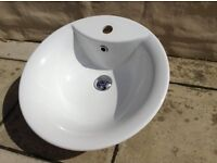 Modern white toilet and sink in very good condition. Ideal for a cloakroom.