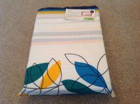 Brand new 5 ft duvet cover set. Two pillowcases included. Easycare.