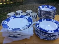 10 Dinner plates, 10 sides plates, 9 breakfast bowls & 5 mugs with modern blue & white pattern