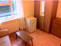Accomodation ASAP. 15 min from Bank and Canary Wharf. Light double E14 room.