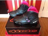 AS NEW - Ladies Alpine Stars Stella SMX 1.1 Motorcycle Boots - Black / Fushia - Size 7