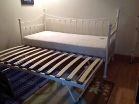 Day bed forms double bed with pull out