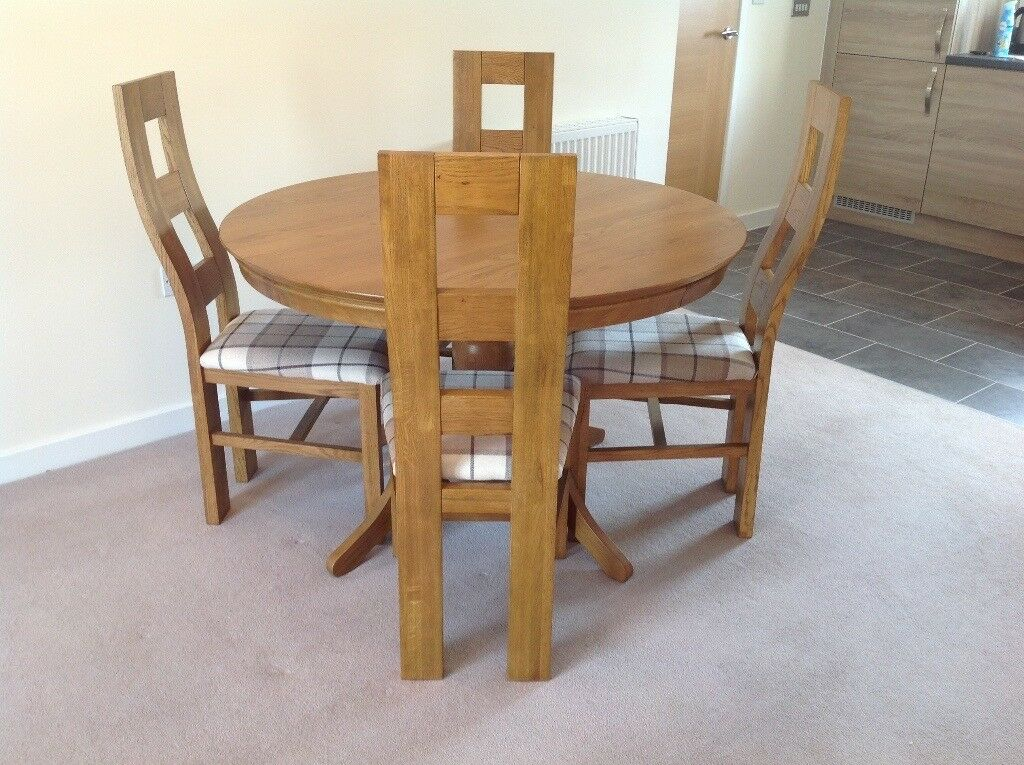 Nearly new: Solid oak table & 4 chairs