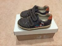Clarks 6.5F BOYs shoes