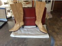 """""""ROBERTO VIANNI"""" Ladies Suede/Leather Boots size 6."""