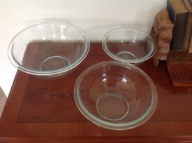 Set of 3 Pyrex bowls with lids