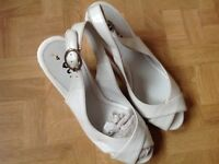 WHITE WEDGE SANDALS. SIZE 4.