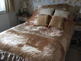 Gold satin bedspread + 5 cushions