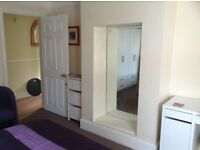 Spacious single room available £320 all bills included