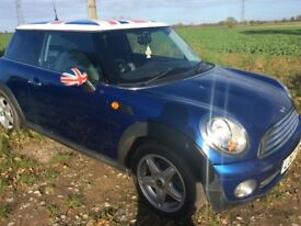Mini Cooper. Blue with Union Jack 🇬🇧 roof and matching mirrors.