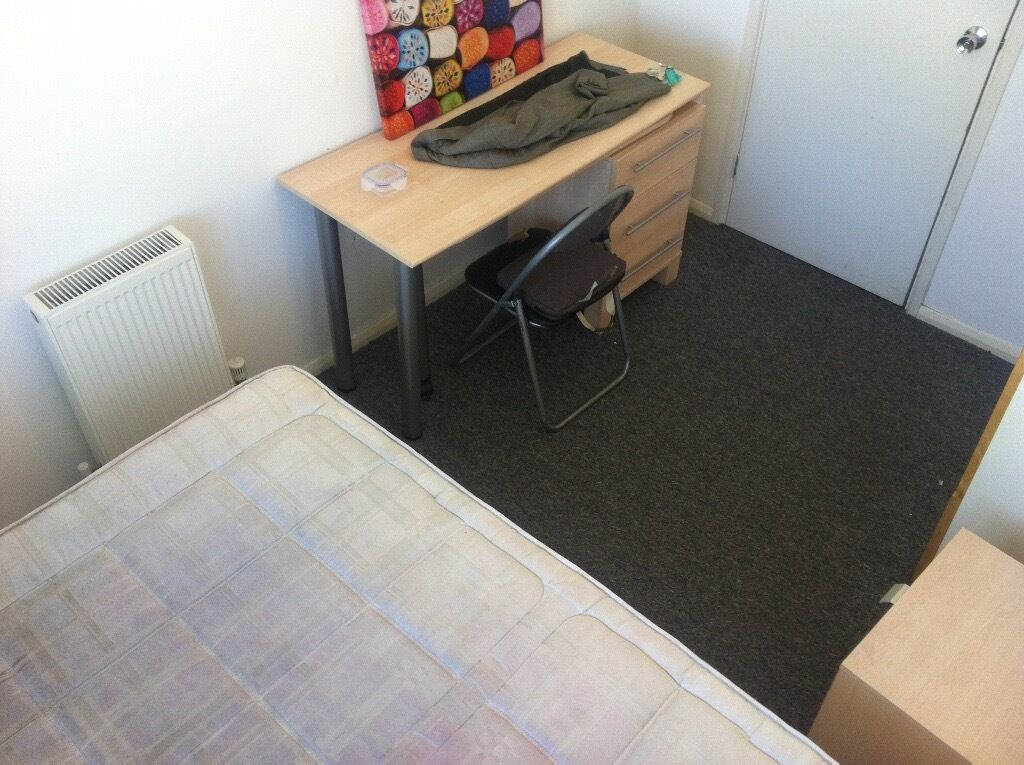 LARGE ROOM TO LET. AVAILABLE NOW. Close to Business Park, UNI, Shops, Train station. CALL NOW