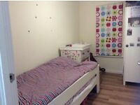 Single room to let in lovely flat