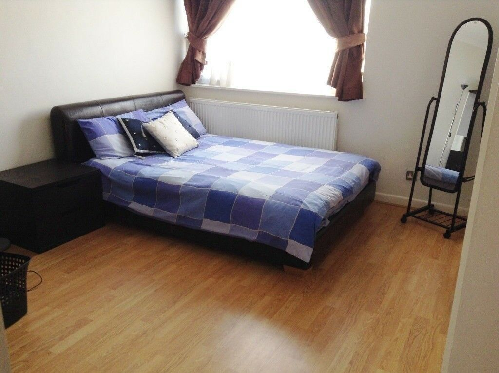 Room to rent - Large room. Bills included. One evening vegetarian meal included.