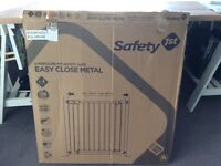 Pair of Safety 1st U-Pressure Fit Easy Close Metal Gate - White to 136cm