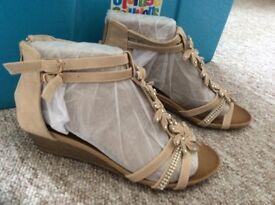 Sandal new,