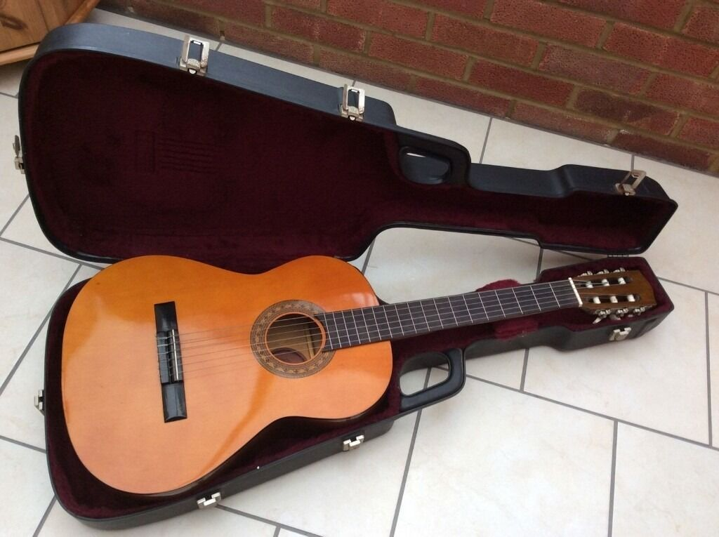 ENCORE GUITAR HARDLY USED WITH HARD CASE, PITCHPIPE FOR TUNING AND PLECTRUMSin Northampton, NorthamptonshireGumtree - ENCORE GUITAR IMMACULATE CONDITION HARDLY USED, NYLON STRINGS LOVELY TONE, COME WITH A BLACK HARD CASE WITH RED INTERIOR WHICH IS MADE IN ITALY (NOT ENCORE ORIGINAL). ATHOUGH THE GUITAR IS AS NEW, THE HARD CASE DOES HAVE SOME EXTERIOR MARKS DUE TO...