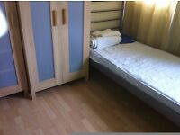 ROOM SHARE IN ROEHAMPTON AVAILABLE ONE BED IN A TWIN ROOM AVAILABLE NOW £75PW BILL INC SW15 4JQ