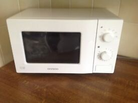 Microwave oven in white