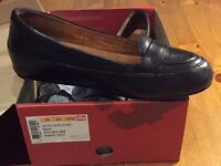 Women's black leather fitflop shoes. Size 6 / 39.