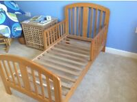Junior bed with 2 mattresses, mattress protector and fitted sheets