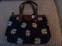 Navy bag with daisy print