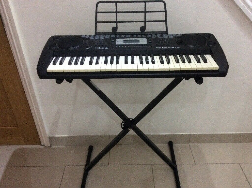 Keyboard and stand hardly used loads of features