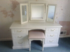 WHITE DRESSING TABLE, MATCHING MIRROR AND STOOL & 2 BEDSIDE CABINETS