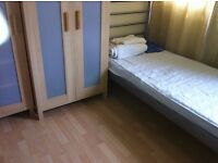 single room to rent available now in roehampton £105pw all bill include