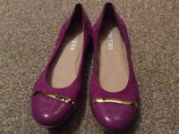 Ladies Paver shoes. Shocking pink with gold detail. Size 6/39.
