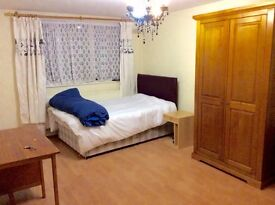 Massive Double Room in Convenient Ealing for single/couple 160p/w(Bills Incl)