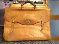 MENS LEATHER IL BISONTE LIGHT BROWN BUSINESS BAG. IN VERY GOOD CONDITION