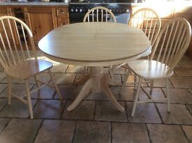 Kitchen table and 4 chairs - extendable