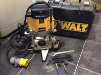 DEWALT DW625 3-Hp Variable Speed Electronic Plunge Router 110v
