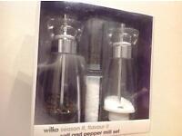 Salt and pepper mill set