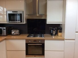 Fitted kitchen £750 Howdens Gloss Cream with integrated appliances; only 18 months old