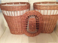 2 LAUNDRY BASKETS WITH LINEN REMOVABLE LINING. WITH LIDS